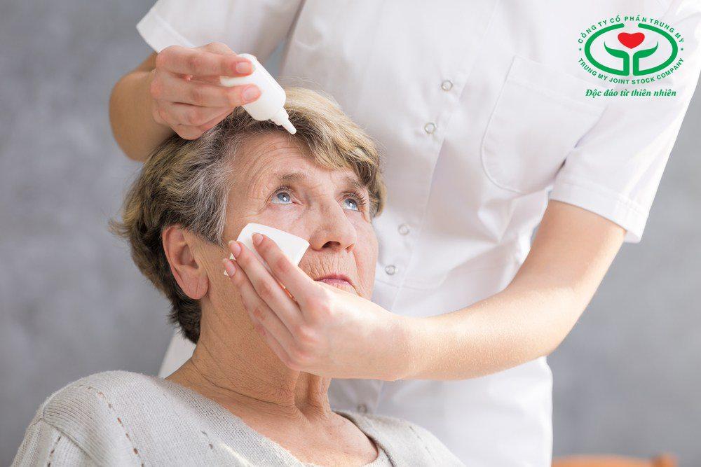 Dùng thuốc nhỏ mắt khi có hiện tượng đỏ, nhức mắt